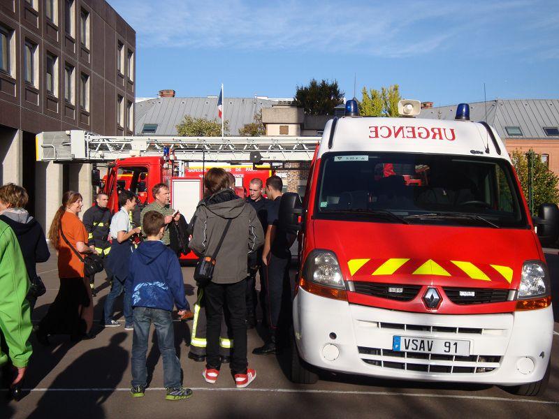 Wir stehen neben den Feuerwehrfahrzeugen von Vitry-sur-Seine