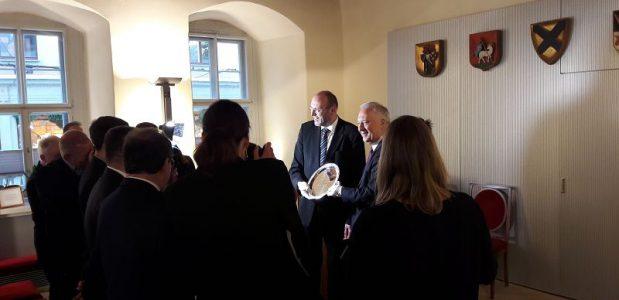Als Gastgeschenk ueberreichte der Oberbuergermeister von Legnitza ein Silbertablett der beruehmten Manufaktur Hefra Darauf eingraviert die Wappen beider Staedte