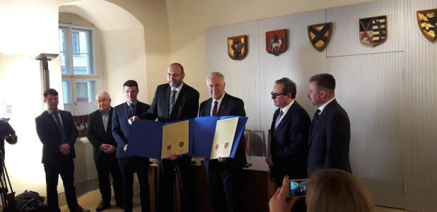 Oberbuergermeister Krzakowski und Raschke praesentieren die Urkunden